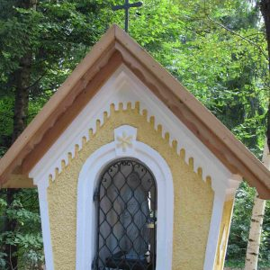 Gipelkreuz und Schutzgitter für neu errichtetes Marterl